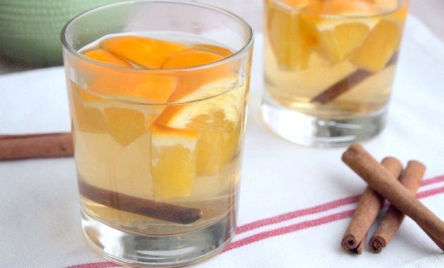 Чайний напій з ромашкою, апельсинами і корицею