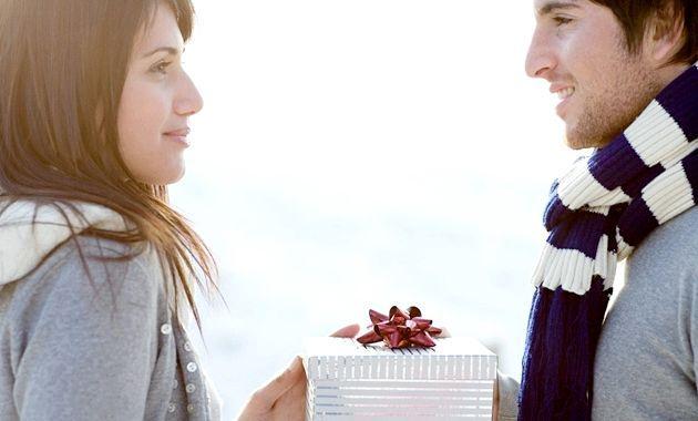 Що подарувати дівчині на рік відносин