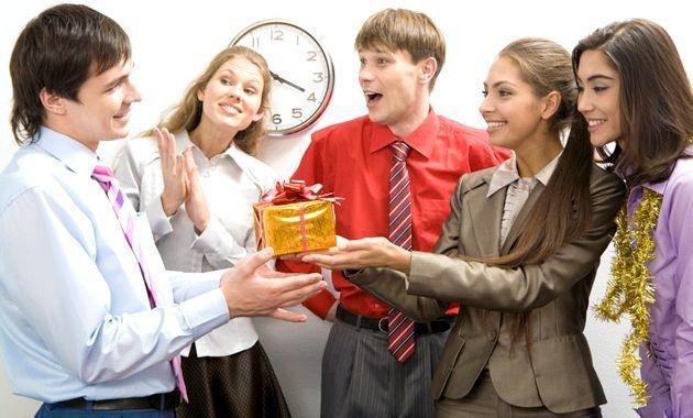 Що подарувати на 23 лютого співробітникам і колегам по роботі