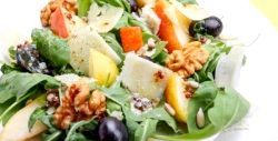 Салат з виноградом, горіхами і пармезаном