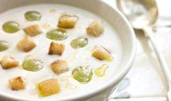 Холодний мигдальний суп з виноградом і часником