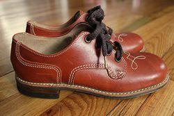 Як правильно доглядати за шкіряним взуттям та рукавичками