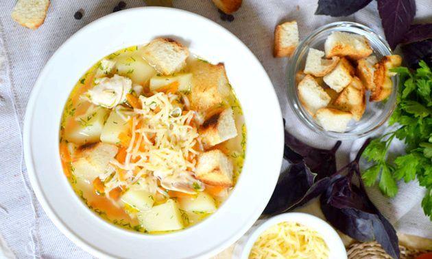 Курячий суп з сиром і грінками