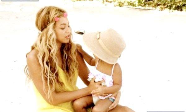 Бейонсе в купальнику особисті фото Бейонсе Бейонсе з донькою