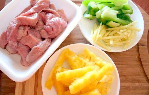 М'ясо з ананасами, святковий рецепт для новорічного столу