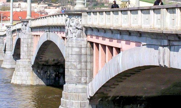 Манесом міст