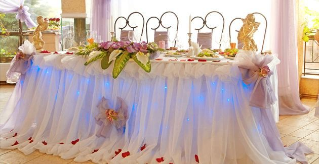 Оригінальна оздоба весільного столу молодят