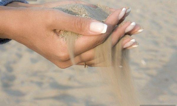 Чому відшаровуються нігті?