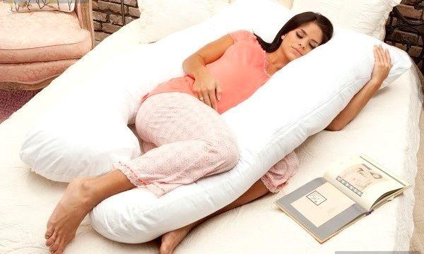 Подушка для сну вагітних: види і переваги