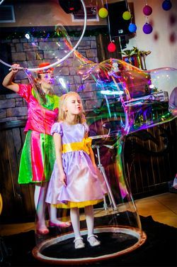 Шоу мильних бульбашок на празднк.