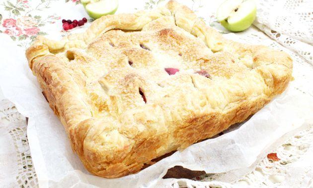 Листковий пиріг з яблуками і червоною смородиною