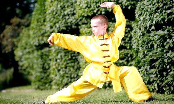 хлопчик у жовтій формі