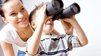 дитина дивиться в бінокль