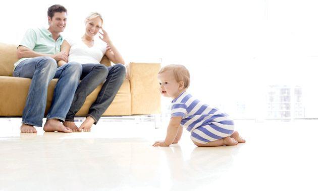 Важливість і користь повзання дитини